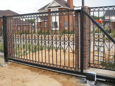 заборы с элементами ковки с автоматическими откатными воротами